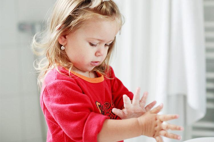 Huolellinen käsi- ja yskimishygienia niin lapsilla kuin aikuisilla ehkäisee virustartuntoja. Kuva: Mostphotos